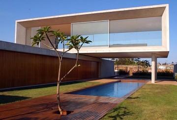 21/08/2007. Credito: Zuleika de Souza/CB. Fachada de casa na QI 02 do Lago Norte, projetada pelo arquiteto Marcio Kogan.